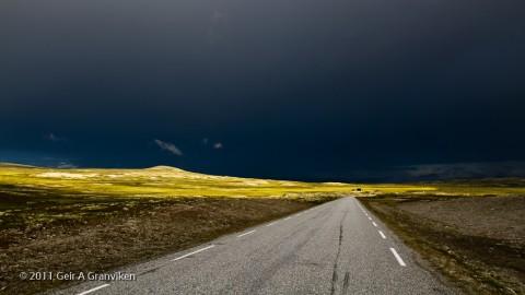 Solstreif blant mørke skyer over Venabygdsfjellet