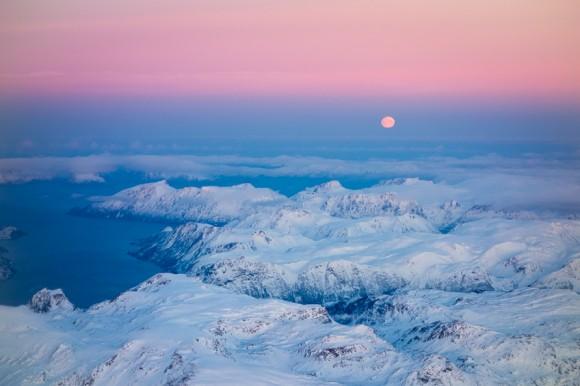 Sola er forlengst tilbake i Nord-Norge nå i mars, men her er et bilde tatt SV av Alta i november, da mørketiden nettopp hadde satt inn. (Det er månen som henger over horisonten her...)