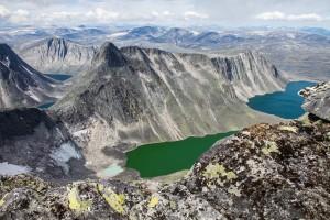 Larstind og Larseggen,sett fra eggen opp til Vesttoppen på Snøhetta