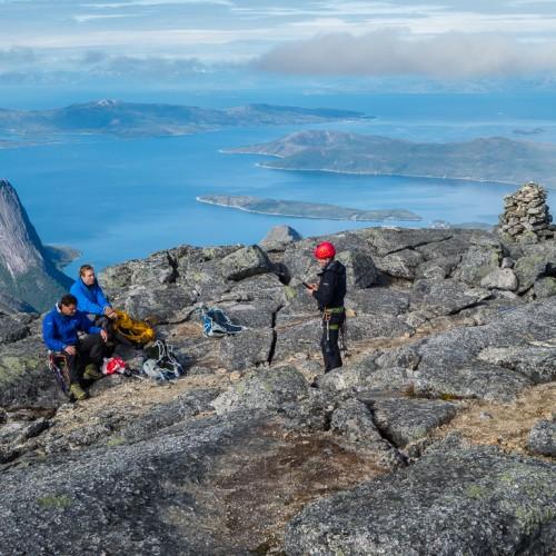 På Toppen, Ved Varden Ute På Kanten Mot Fjorden (det Høyeste Punktet Er Lenger Inn På Den Nesten Flate Toppen)