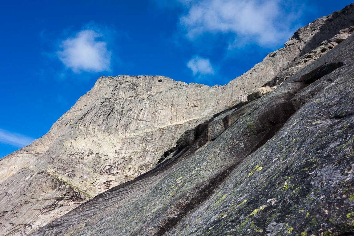 Toppen Og Eggen – Sett På Vei Ned Fjellsiden Mot Svartvatnet